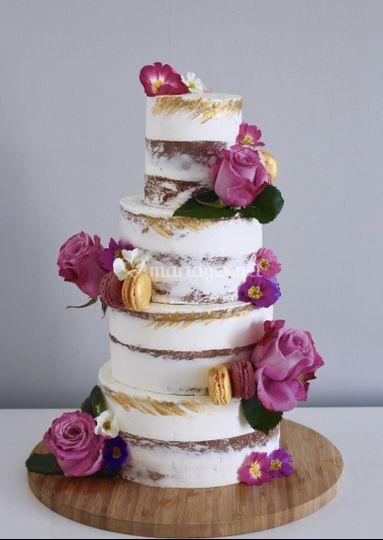 Naked cake roses et macarons