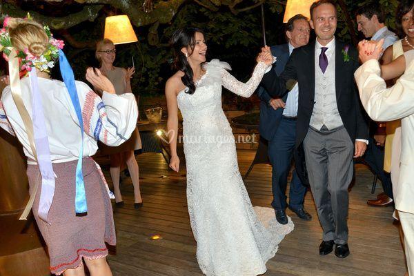 Farandole autour des mariés