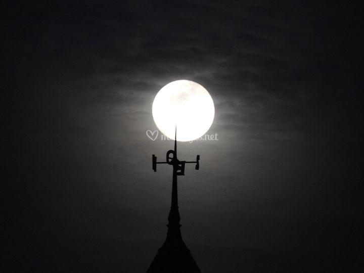 La lune s'accroche à la Crête