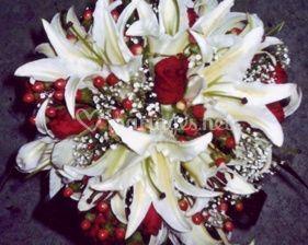 Lys blancs et roses rouges