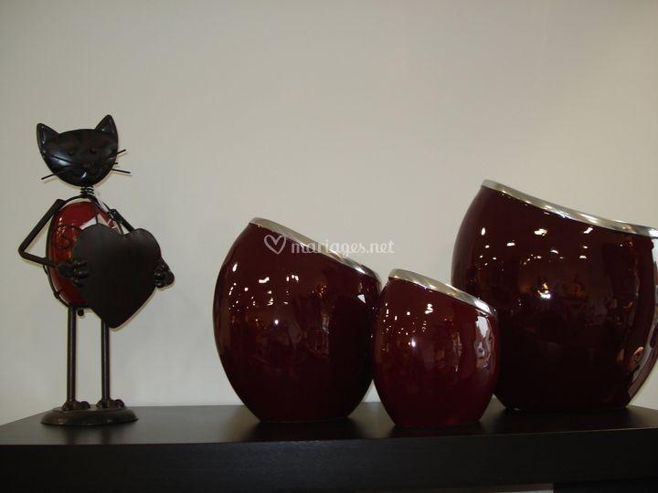 Chat et vases rouges