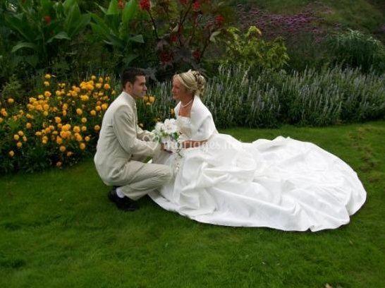 Les mariés entre les fleurs