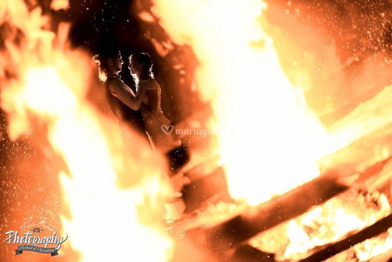 Couple au milieu des flammes