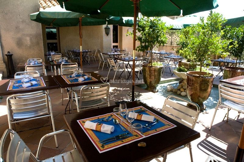 Les tables du restaurant en plein air