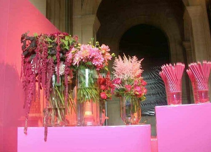 Fleurs roses en vases