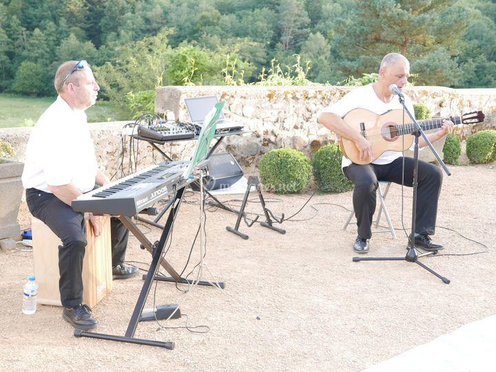 Clavier, cajon, guitare chant