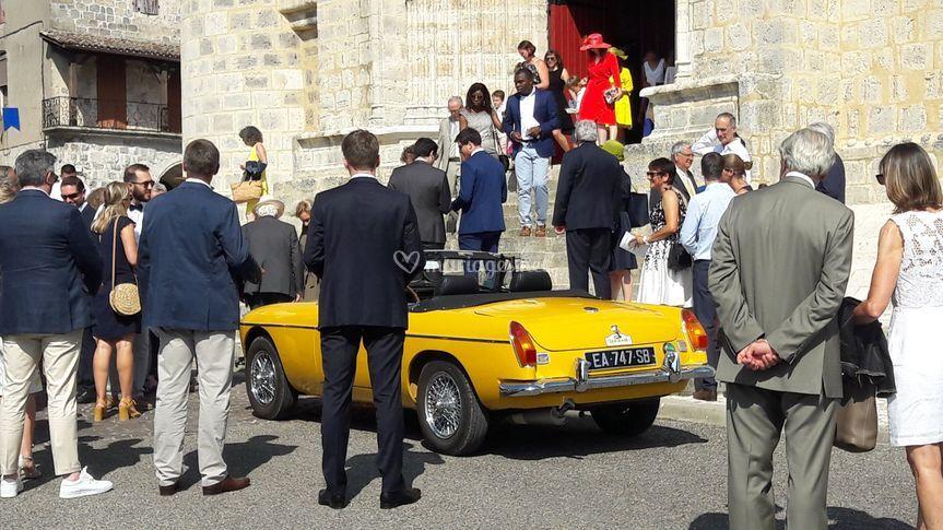 MGB jaune au pied de l'église