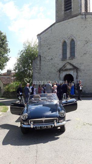 MGB bleu au pied de l'église