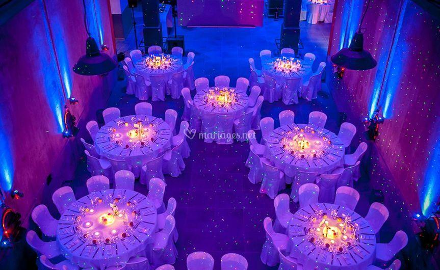 Salle avec décoration de table