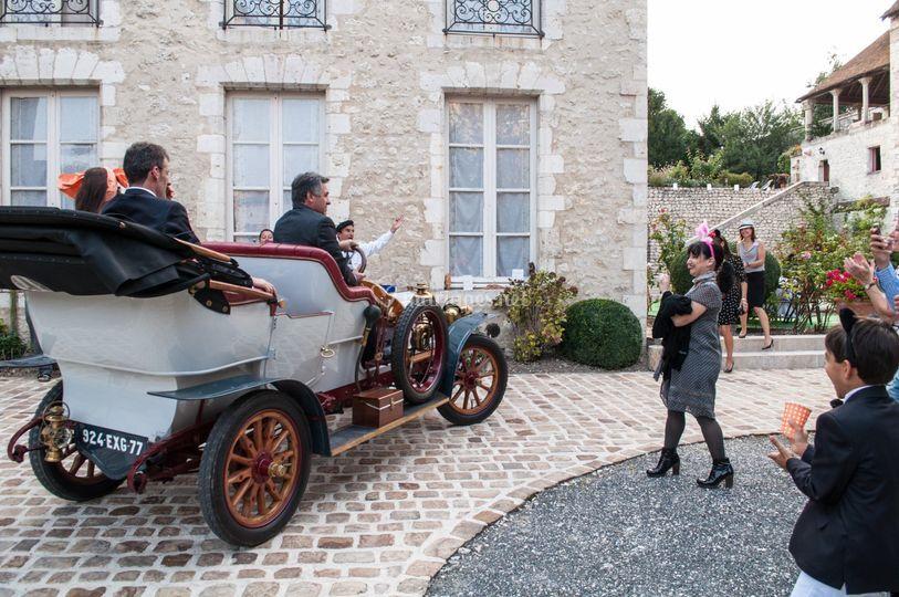 Arrivée mariés en voiture