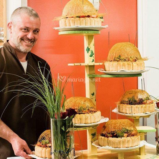 Le chef finalise les gâteaux