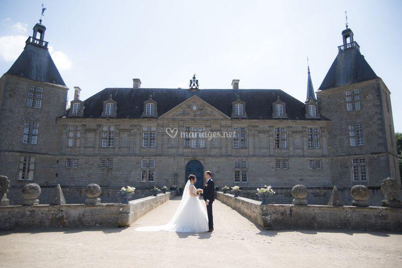 Mariés devant chateau