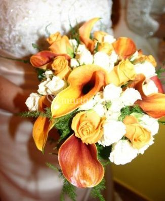 Roses et arums orangés