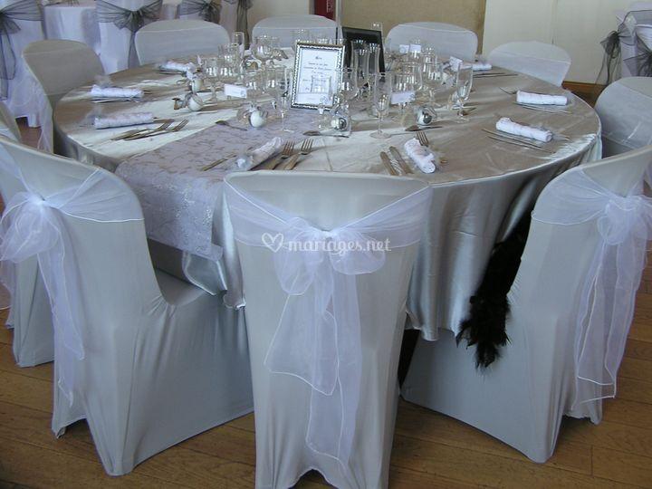 Satin argent sur table mariés