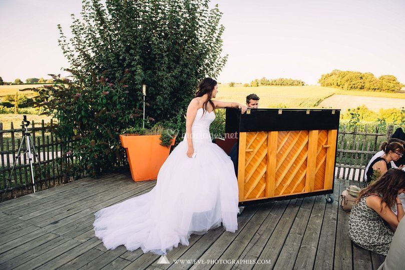 La mariée se prépare à chanter