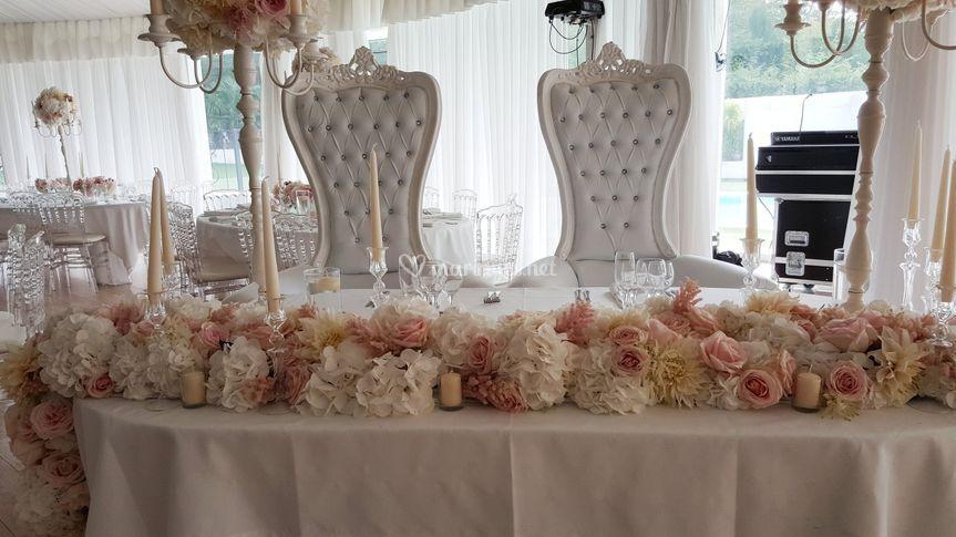Table mariés fleurs fraîches