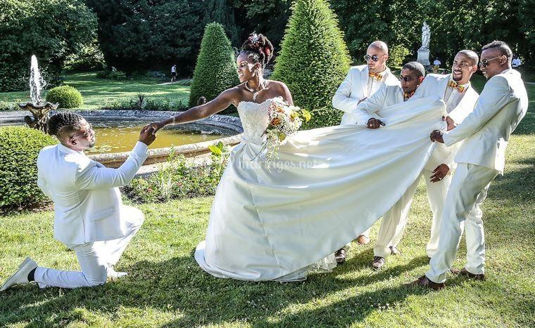 Pose originale avec les mariés