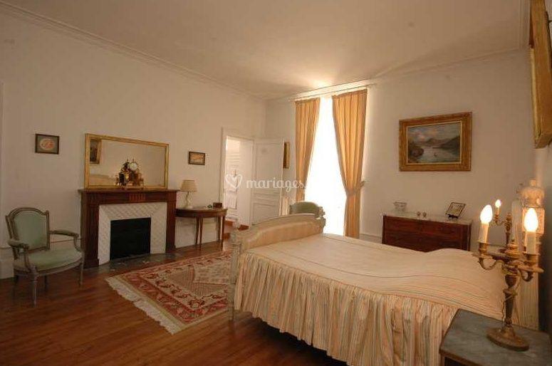 Une chambre avec cheminée