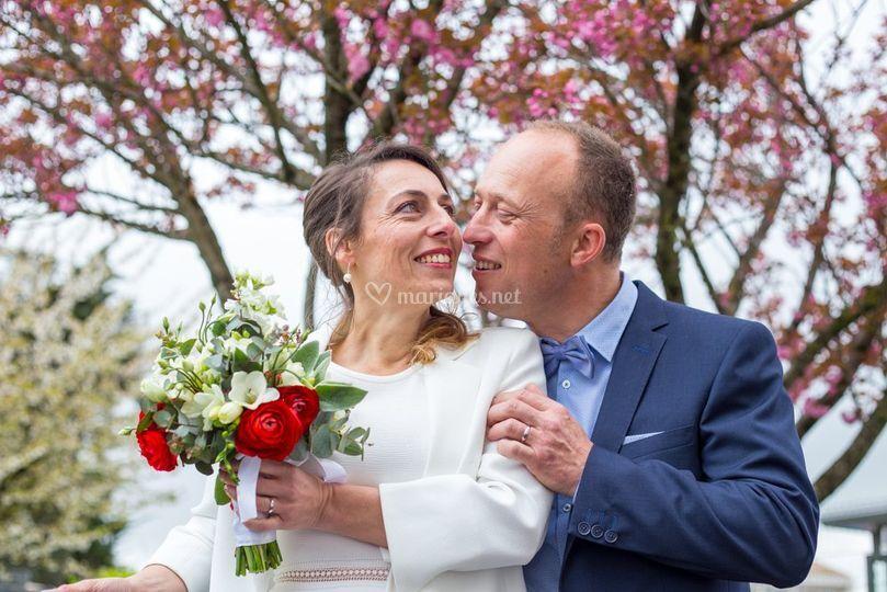 Mariés devant les fleurs roses