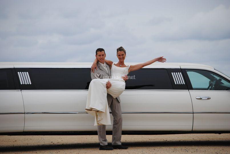 Mariés devant voiture