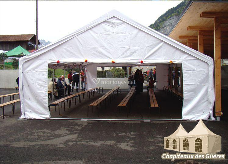 Tente de réception avec bancs