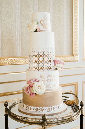 Wedding cake or et fleurs