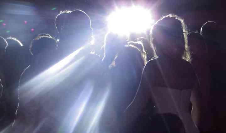 Jeux de lumière sur les mariés
