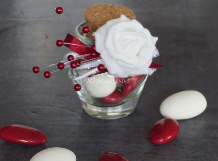 Bonbonnière blanche et rouge