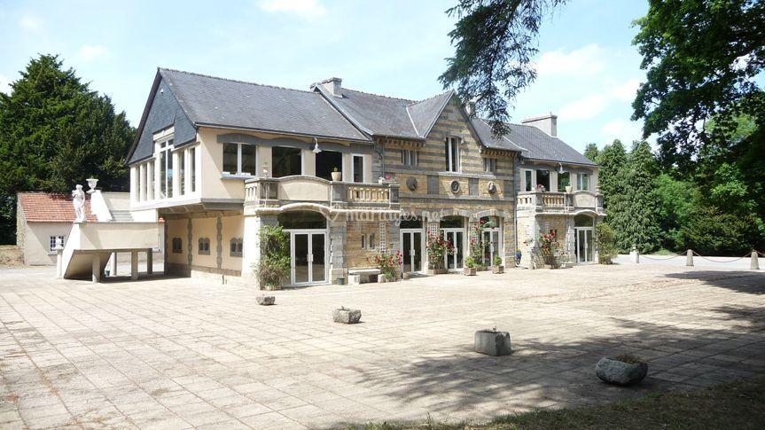 Ecuries et terrasse (1500 m²) sur Château de Brézal