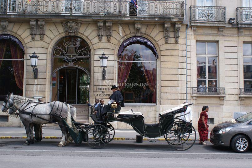 Mariage devant hotel la cloche