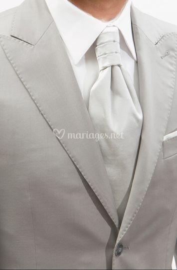 Détails costume gris clair