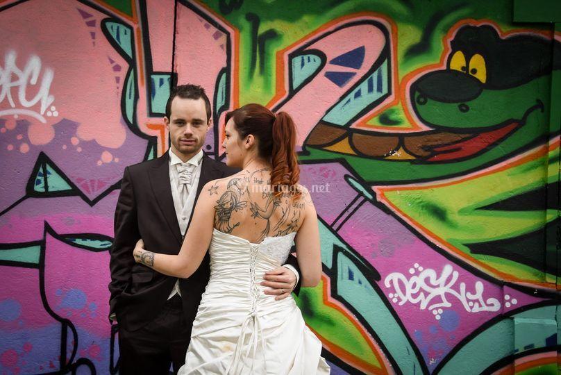 Mariés devant des tags