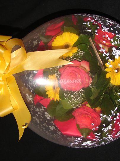 Ballon cadeau avec bouquet de fleur
