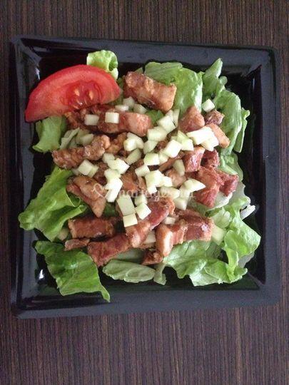 Mini rillaud et pommes sur lit de salade