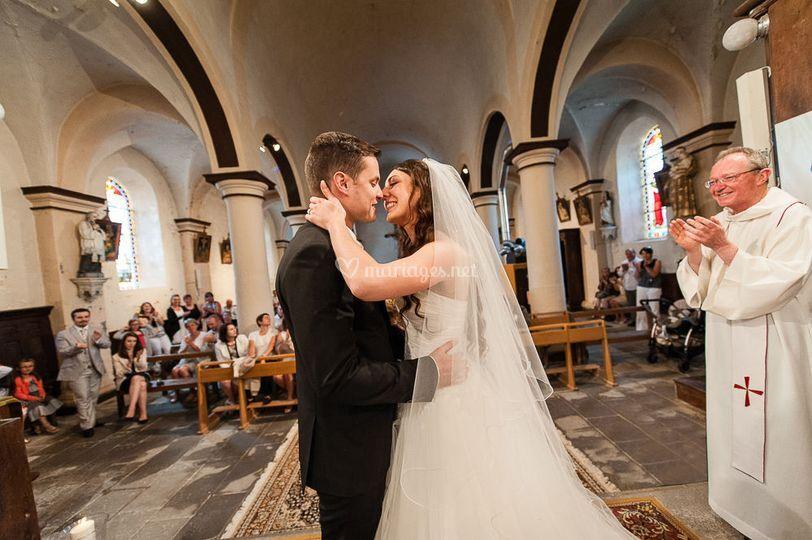 Baiser des mariés à l'eglise