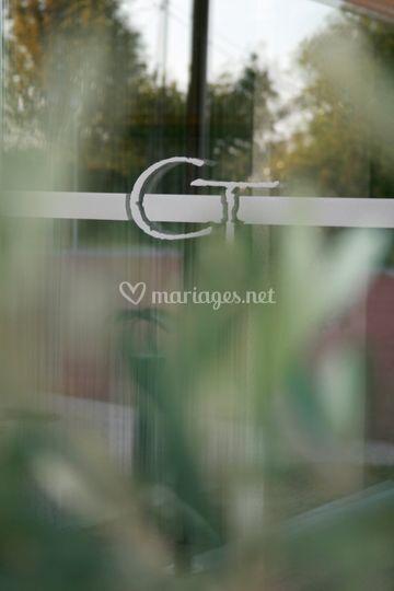 Logo sur entrée principale
