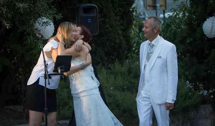 Chanteuse et mariés
