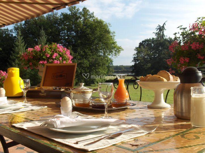 Petit déjeuner sur la terrasse du Manoir