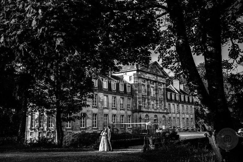 Les mariés dans le parc