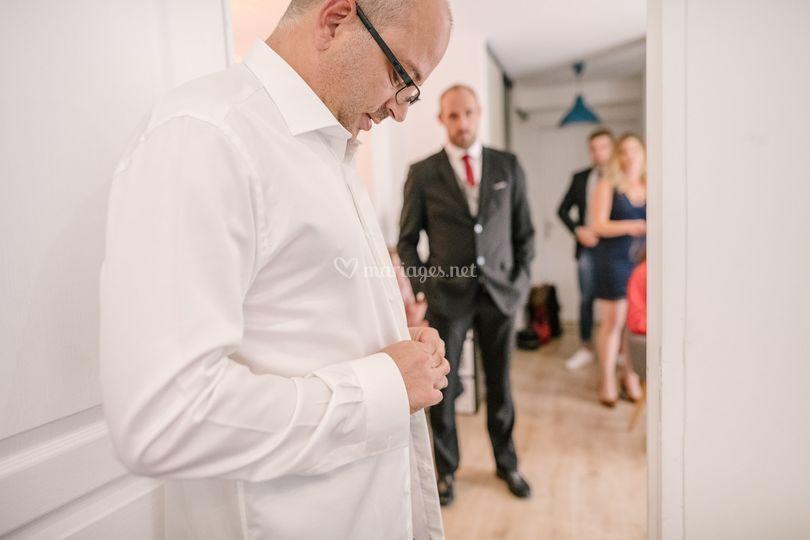Préparatif, le marié s'habille