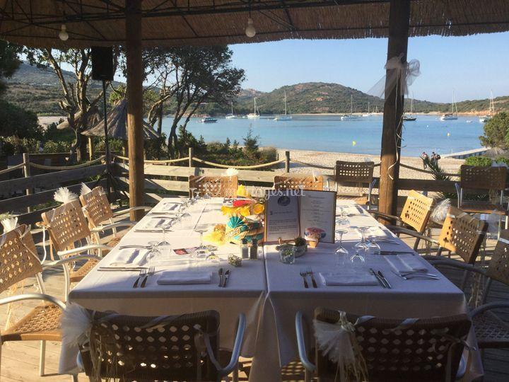 Table devant la plage