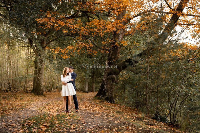 Séance couple dans les bois