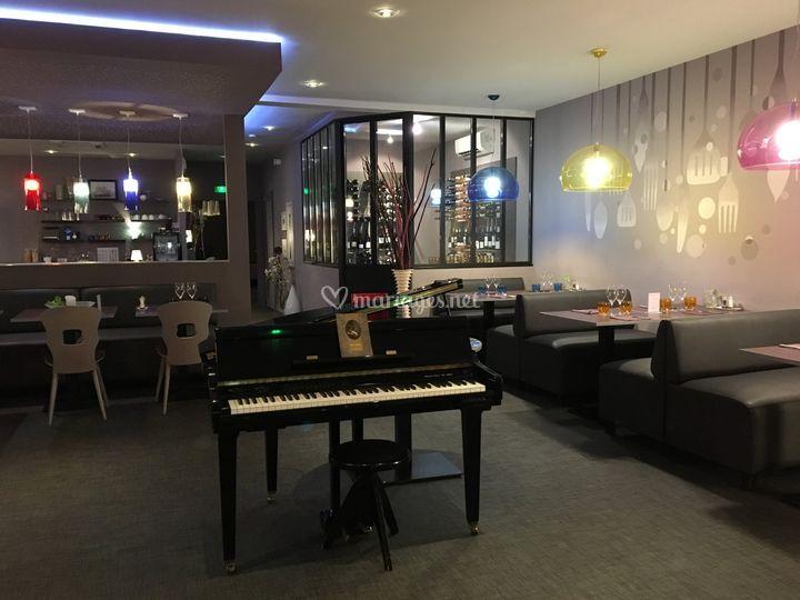 Espace du haut piano et vinothèque