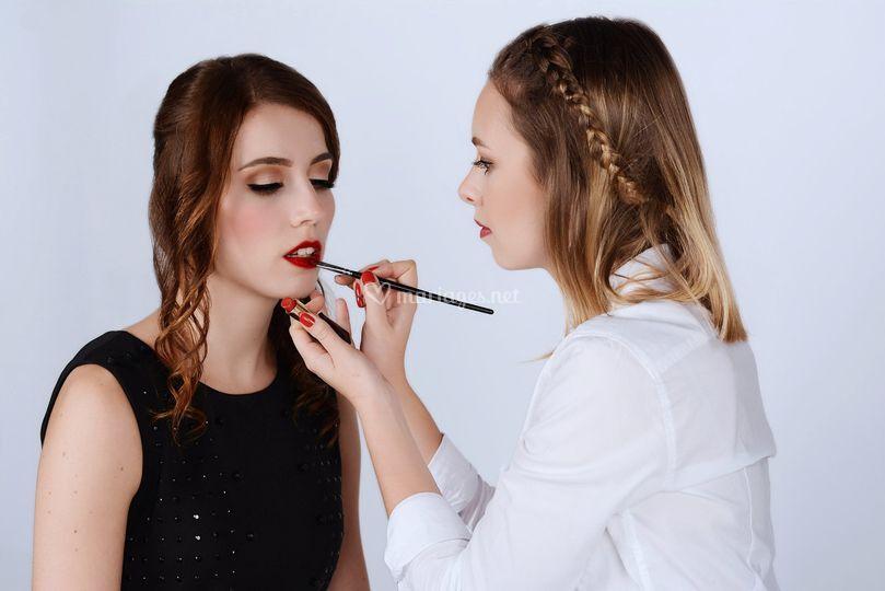 Application du rouge à lèvres