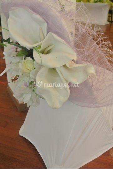 Habillage fleuri chaise mariée