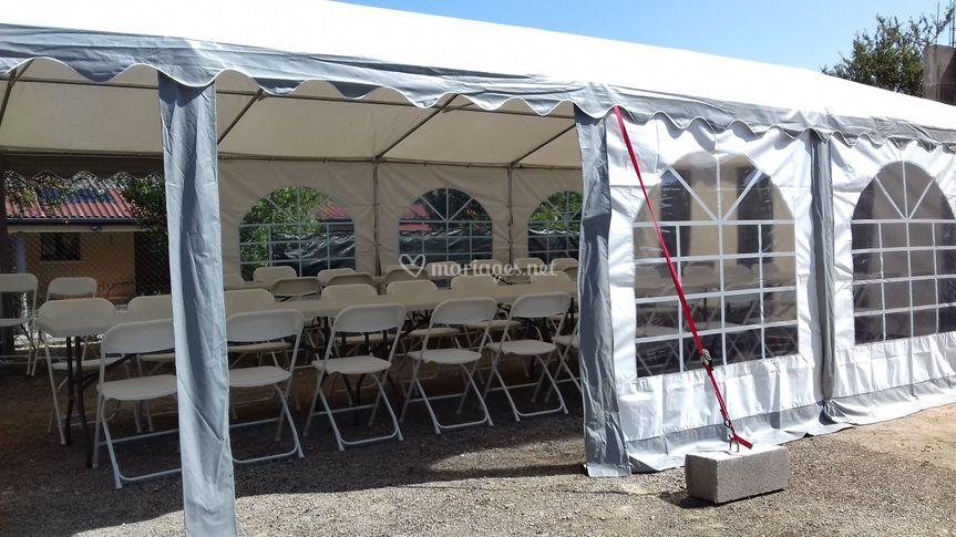 Tente avec tables et chaises