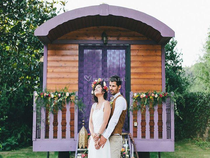 Mariés devant une roulotte
