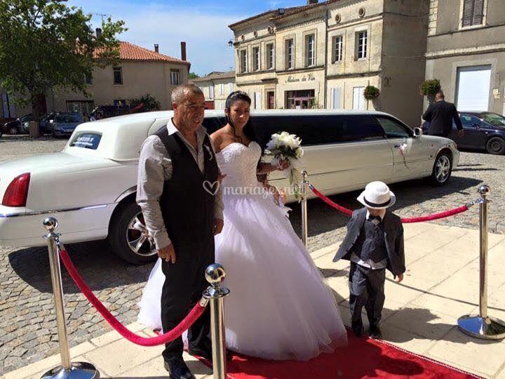 Couple à la sortie de la limousine