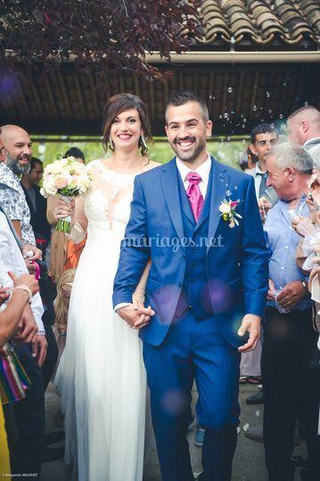 Les mariés heureux en sortant