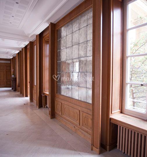 Vue sur les vitraux de la salle